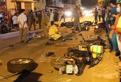 13 ô tô,  xe máy tông liên hoàn, 2 người chết, nhiều người bị thương