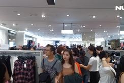 """Ghi nhanh: Hàng ngàn người chen nhau mua sắm ngày """"Thứ Sáu đen"""""""