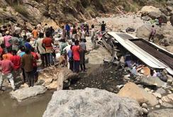 Xe buýt lao xuống sông, ít nhất 43 người thiệt mạng
