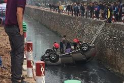 Hà Nội: Ô tô bất ngờ lao xuống mương nước sâu gần 3 m