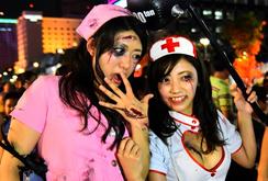 Ghi nhanh: Biến hóa thành ma quỷ, bạn trẻ Sài Gòn vui với lễ hội Halloween