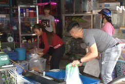 Người Sài Gòn đổ xô mua cá chép phóng sinh