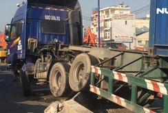 Xe container nằm vắt vẻo trên dải phân cách, QL 1 ùn xe nghiêm trọng