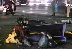 Xe bán tải tông hàng loạt xe máy, 2 người chết, nhiều người bị  thương
