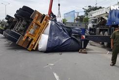Kinh hãi xe đầu kéo chở cuộn thép không chằng buộc, rơi xuống đường