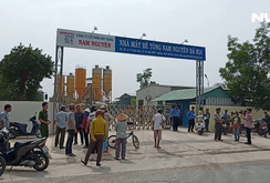 Người dân chặn cổng nhà máy bê tông vì ô nhiễm
