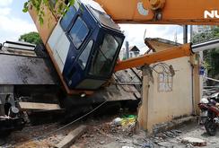 Cần cẩu nặng hàng chục tấn đổ sập trên đại lộ Phạm Văn Đồng