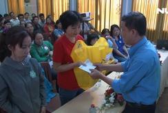 120 phần quà trao tặng công nhân khó khăn