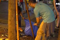 Nhiều bạn trẻ dọn rác phố đi bộ Nguyễn Huệ sau trận Việt Nam - Malaysia
