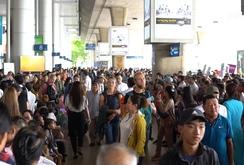 Ghi nhanh: Ngột ngạt cảnh chen chúc đón Việt kiều ở sân bay Tân Sơn Nhất