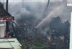 Cháy lớn tại khu dân cư dưới chân cầu Bình Lợi