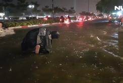 Mưa gần 2 tiếng, đường Phạm Văn Đồng chìm trong biển nước