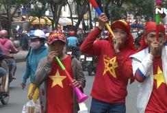 Người hâm mộ háo hức mua cờ, áo, băng rôn cổ vũ Olympic Việt Nam