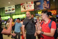 """Không thể """"chạm trán"""" Tuấn Hạc, Flores gặp Johnny Trí Nguyễn tại TP HCM"""