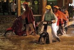 Người dân TP HCM bì bõm về nhà lúc nửa đêm