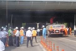Xe tải tông sập mái che đầu hầm Thủ Thiêm, TP HCM kẹt xe nghiêm trọng