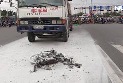 Bị xe tải kéo lê trên đường, xe máy cháy rụi, 2 người thương vong