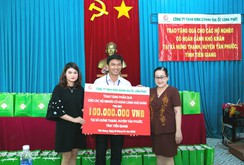 Địa ốc Long Phát tặng quà cho các hộ nghèo ở Tiền Giang