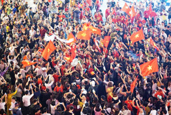 Người hâm mộ tưng bừng mừng Việt Nam vào chung kết AFF Cup
