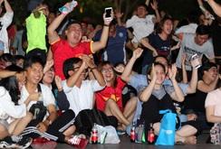 Cổ động viên TP HCM vỡ oà khi đội tuyển Việt Nam thắng Bahrain