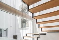 10 mẫu cầu thang gỗ đẹp hiện đại cho nhà phố chật chội