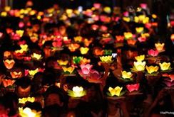 Ghi nhanh: Hàng ngàn người dân Sài Gòn thả hoa đăng mừng Lễ Phật đản