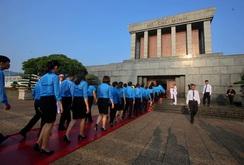 Đại biểu dự Đại hội XII Công đoàn Việt Nam viếng lăng Chủ tịch Hồ Chí Minh