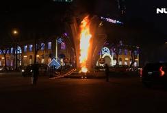 Cháy trụ đèn trang trí ở vòng xoay nhà thờ Đức Bà
