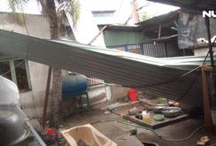 Nhiều căn nhà tốc mái, cây xanh bật gốc sau trận mưa lớn ở TP HCM
