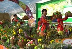 Ghi nhanh: Người dân thích thú mua trái cây giá rẻ tại Lễ hội trái cây Nam Bộ