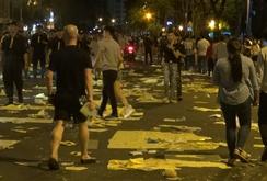 Nhiều người chung tay nhặt rác sau màn bắn pháo hoa