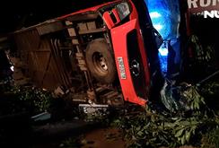 Xe khách mất lái đâm xe tải, hàng chục người thương vong