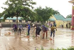 Dọn dẹp trường học, giúp học sinh đến trường sau lũ