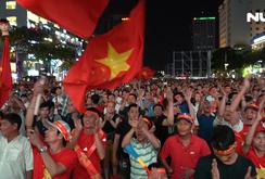 CĐV TP HCM cuồng nhiệt cổ vũ tuyển Việt Nam gặp UAE