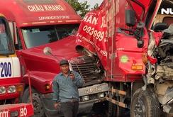 Xe tải bị kẹp nát bét giữa 2 xe container, 3 người bị thương