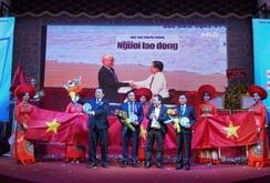 Doanh nhân Tân Bình tặng 1.000 lá cờ Tổ quốc cho ngư dân