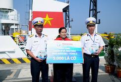 5.000 lá cờ Tổ quốc và quà Tết đến các nhà giàn DK1