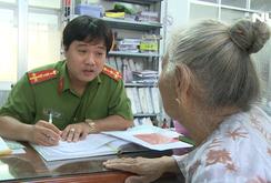 Công an quận 2, TP HCM cấp đổi Căn cước công dân mới cho người lớn tuổi