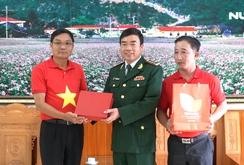 Báo Người Lao Động tặng cờ Tổ quốc choĐồn Biên phòng Lũng Cú