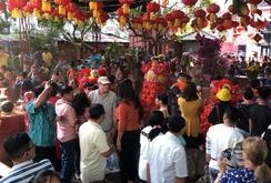 Người dân TP HCM chen chúc đến chùa Ngọc Hoàng cầu an