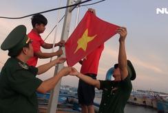 Cờ Tổ quốc tung bay trên đảo tiền tiêu Phú Quý