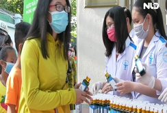 Nhiều trường tự sản xuất nước rửa tay sát khuẩn phát miễn phí