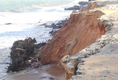 Bình Thuận: Sóng lớn đánh bay con đường cùng nhiều công trình xuống biển