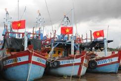 Ngư dân Tiền Giang thay mới cờ Tổ quốc trên tàu