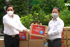 Báo Người Lao Động trao quà tiếp sức đến các khu cách ly tập trung
