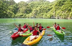 Mùa thu vàng khua mái chèo kayak trên vịnh Hạ Long