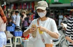Du khách Hàn Quốc tấm tắc khen bánh mì Hà Nội quá ngon