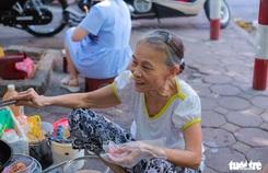 'Quán nem bà còng' không bàn, không bát, nức tiếng Hà thành 20 năm