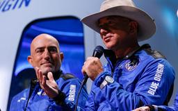 """Cạnh tranh tỉ phú Musk, tỉ phú Bezos """"chơi sộp"""" với NASA"""