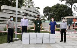 Trao tặng Bệnh viện Quân y 175 1000 khẩu trang N95 và 1000 bộ bảo hộ y tế